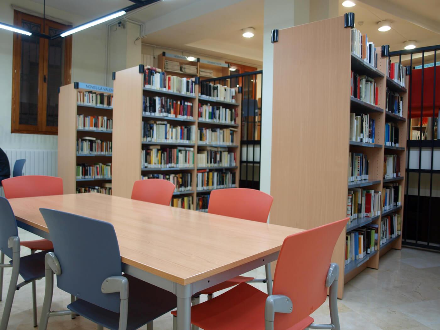 Muebles de oficina en la biblioteca de muro de alcoy for Biblioteca para oficina