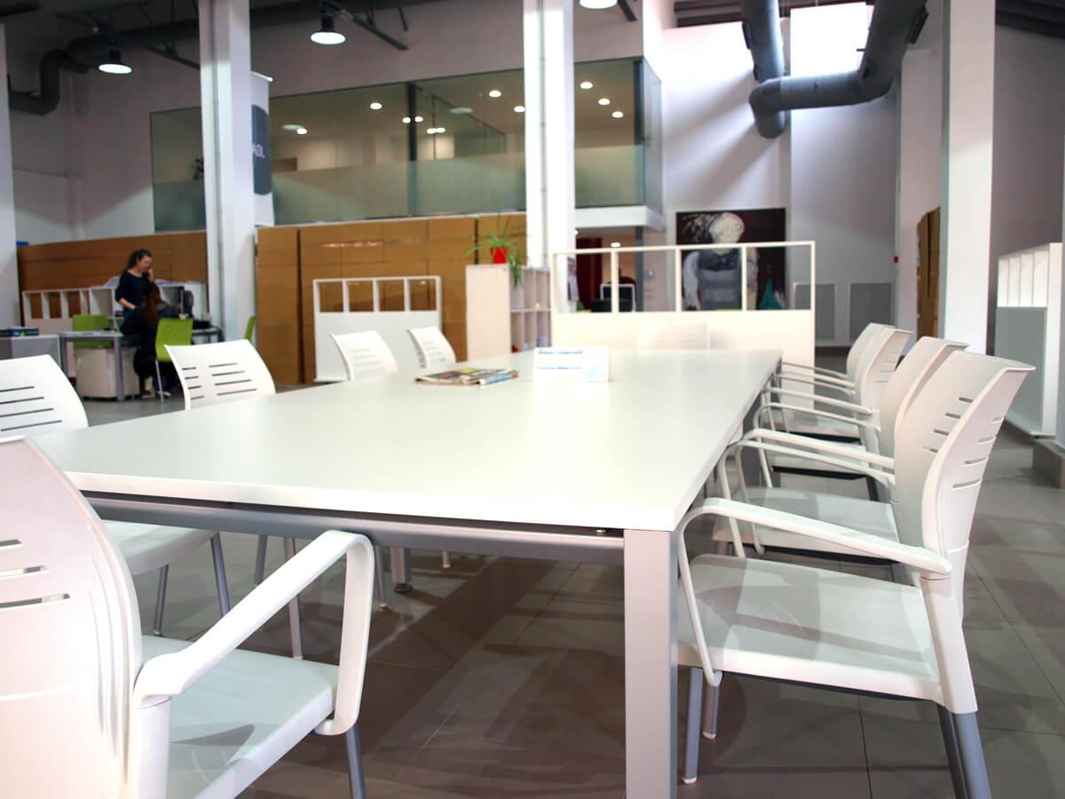 Mobiliario de oficina en el espacio agora coworking for Mobiliario de oficina economico
