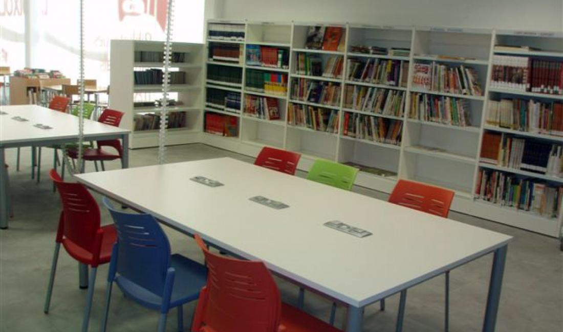 Mobiliario de oficina en la biblioteca uxola for Biblioteca para oficina