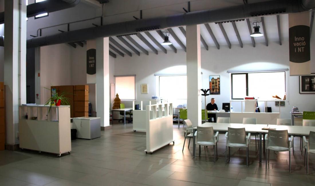 Mobiliario de oficina en el espacio agora coworking for Oficina coworking